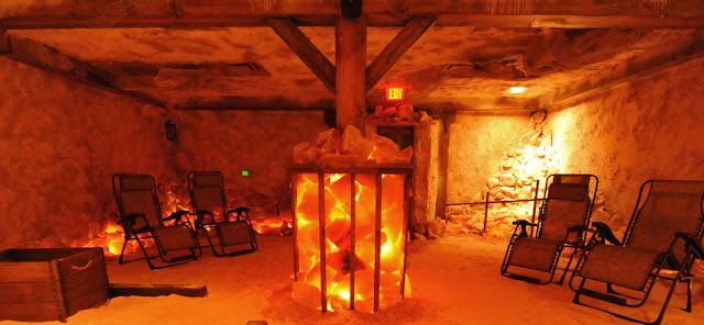 A hangulatosan megvilágított sóbarlangokban így lehet gyógyulni, töltődni