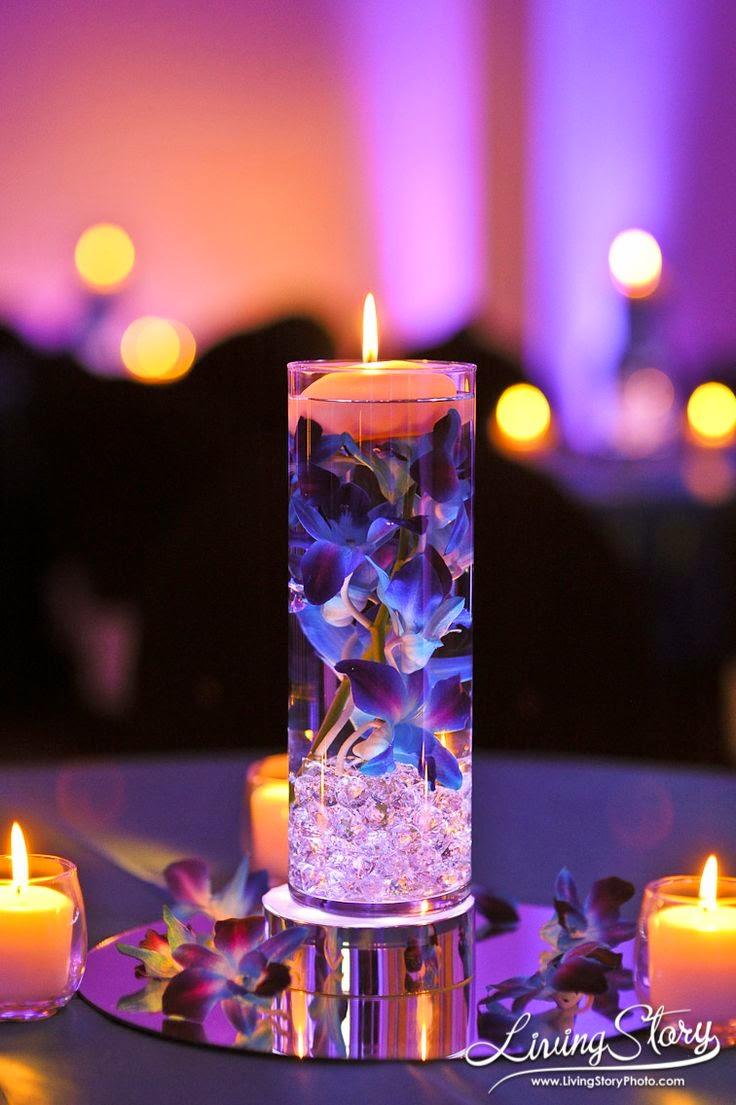 dd6e7ad23 #5 Romanticismo y sofisticación es lo que desprende este centro de mesa con  bolitas de gel y flores lilas.