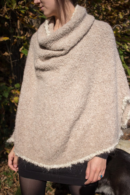 Gestrickter Poncho DROPS Alpaca Boucle