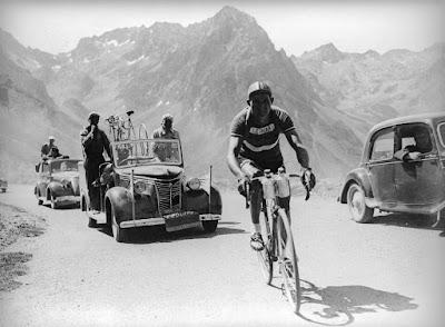 Gino Bartali sulla cima del Col du Tourmalet