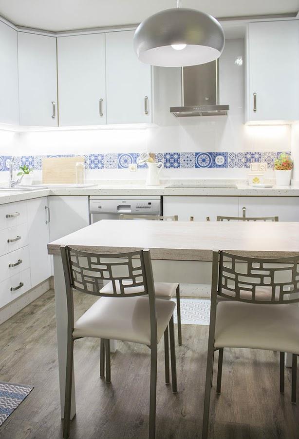 cocina con muebles pintados