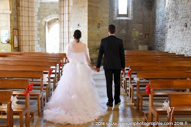 photo des mariés de dos qui sortent de l'église