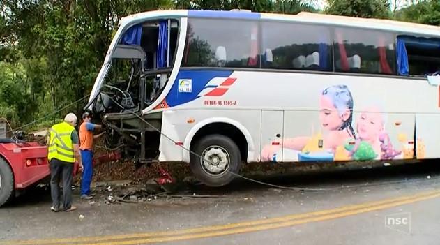 Acidente com ônibus da Reunidas deixa um morto e 24 feridos na BR-282