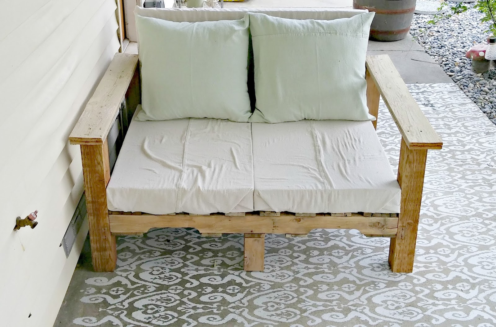 make a pallet couch