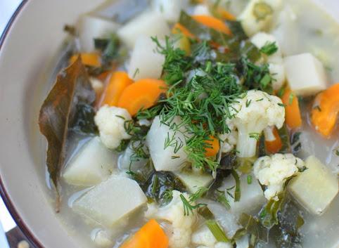 Lekka zupa jarzynowa z kalarepą i kalafiorem