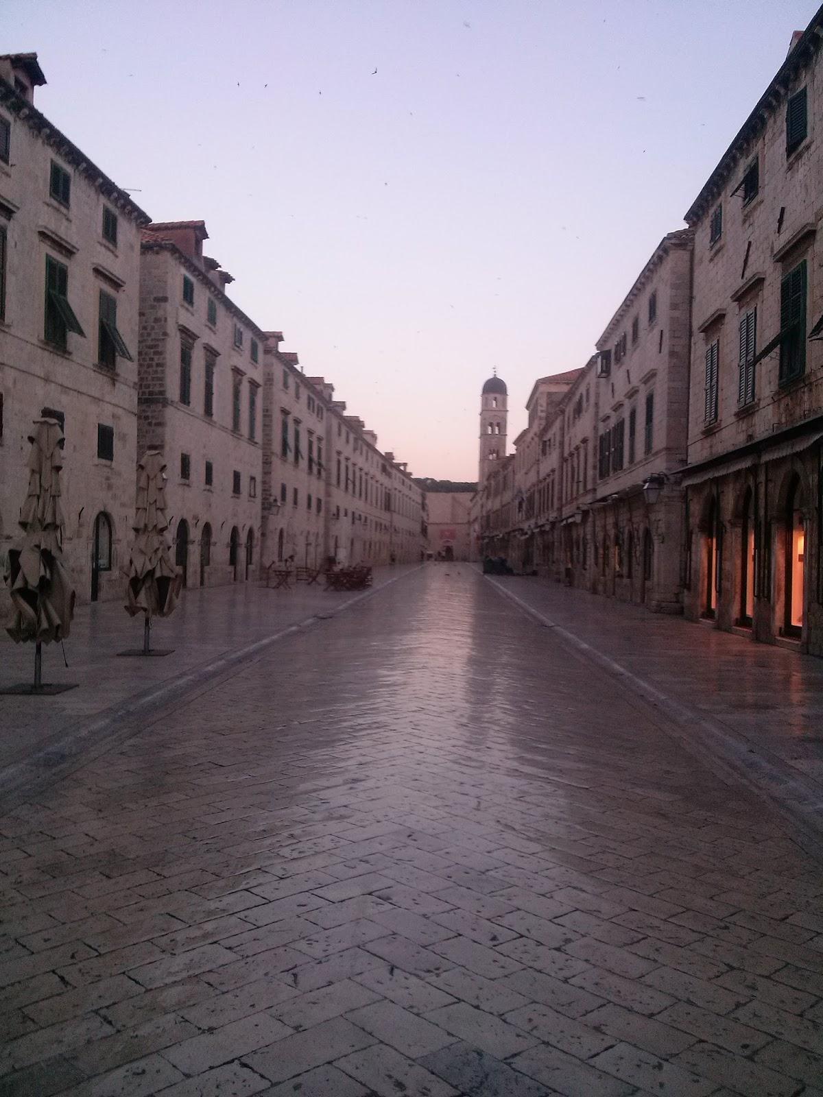 Calle principal de Dubrovnik sin gente