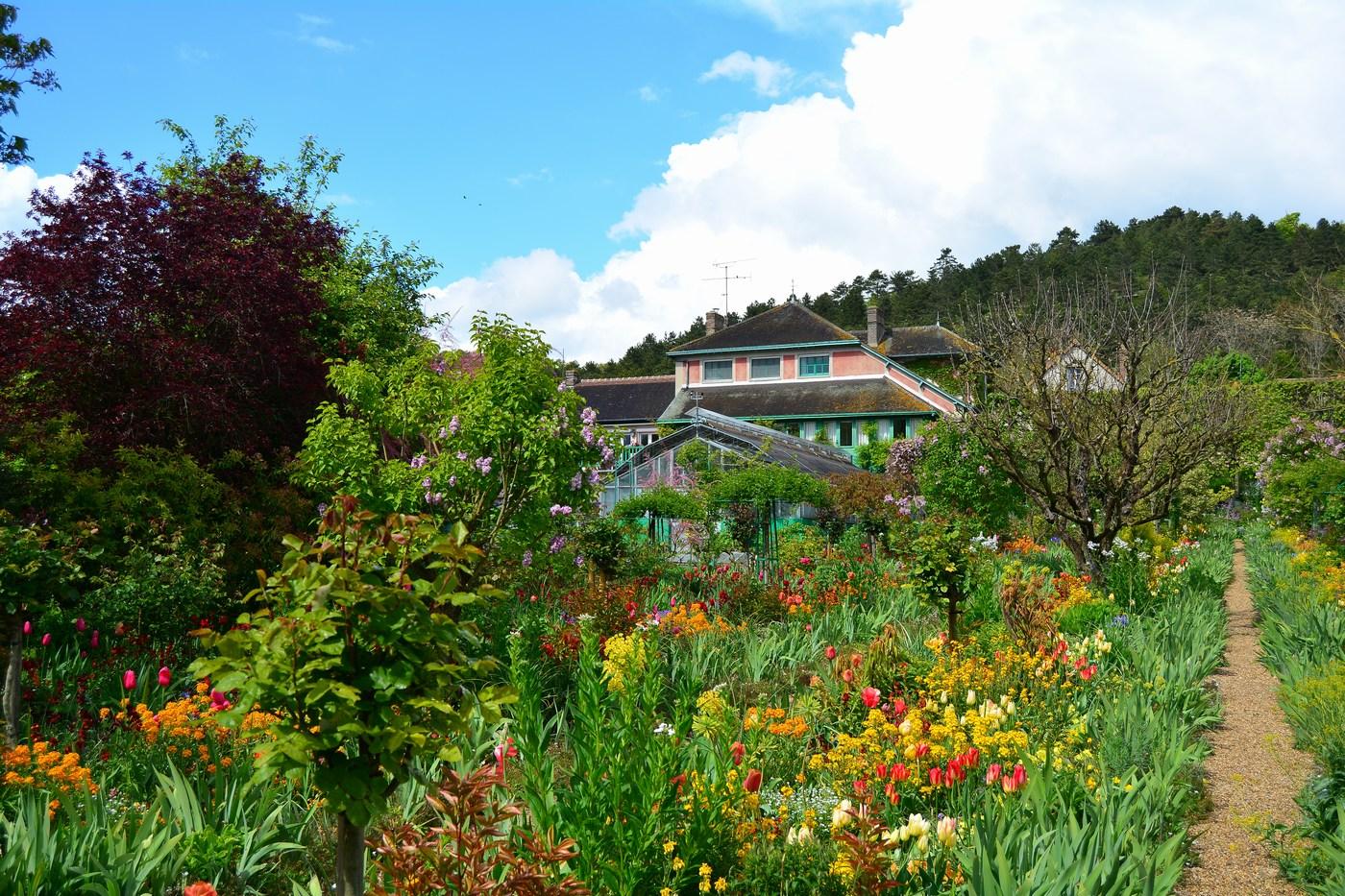 La maison est noyée dans les parterres de fleurs.