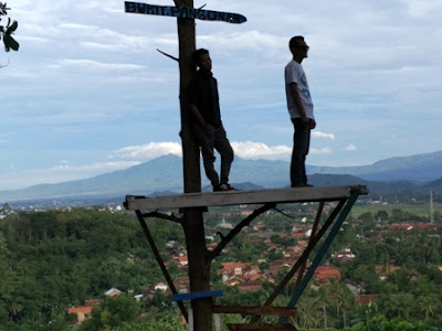 Wisata Bukit Pangonan Tempat selfi diatas pohon