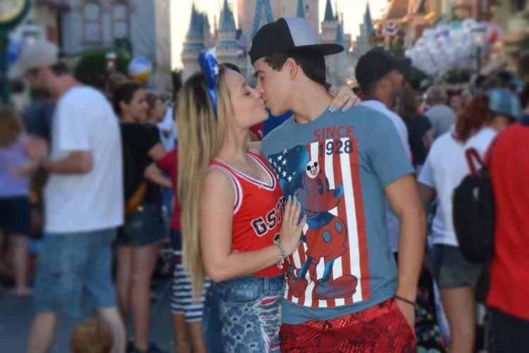3beff99ab591d Larissa Manoela adora passar suas férias na Disney e dessa vez não foi  diferente! O tour ainda está rolando e muita coisa aconteceu, com direito à  troca de ...