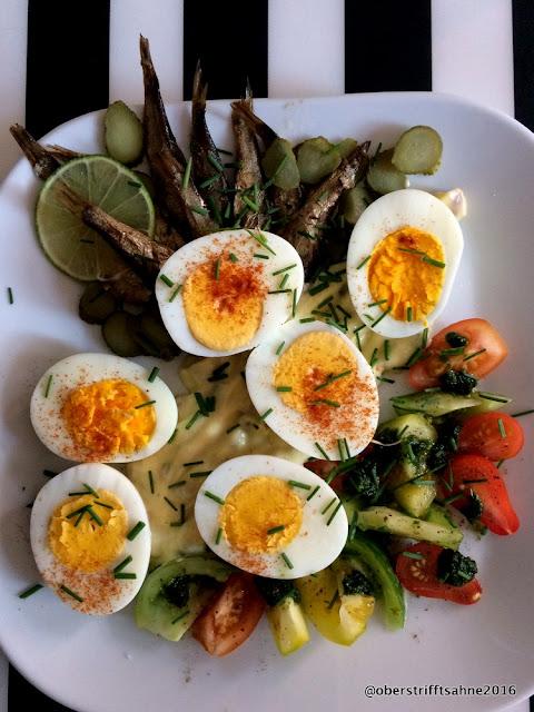 Eiersalat mit Rigaer Sprotten, Majo mit Kapern, Gürkchen und Tomaten