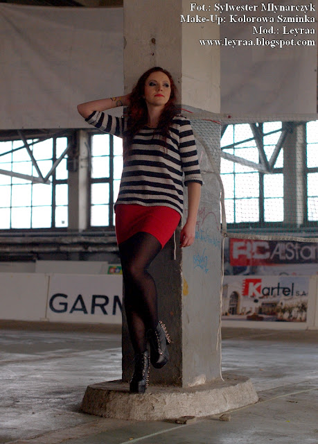 5.03.2017 Luźny sweterek oversize w paski granatowo-białe, czerwona mini spódnica, czarne rajstopy, lity z ćwiekami