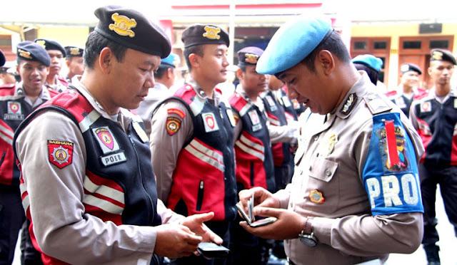 Kelengkapan surat berkendara polisi dicek