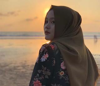 Putri Delina di Pantai