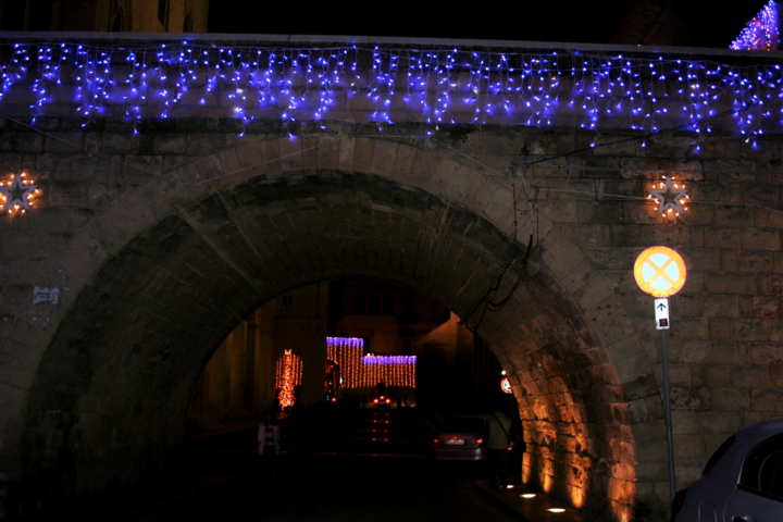 luminarie, luci, lampadine colorate, lampadine blu, arco, Basilica di S. Nicola