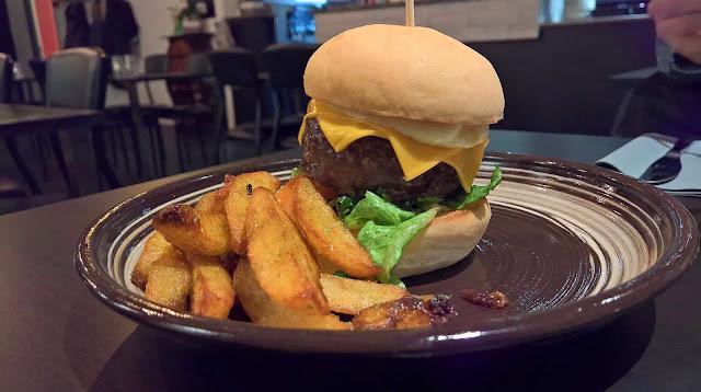 Lutakon Nurkka burger hampurilaistesti Mallaspulla Jyväskylä paras hampurilainen