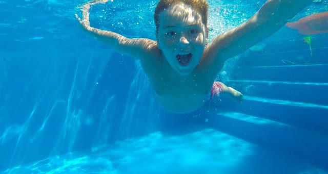 Os resultados revelaram grandes quantidades de acessulfame-k nas piscinas analisadas – Reprodução