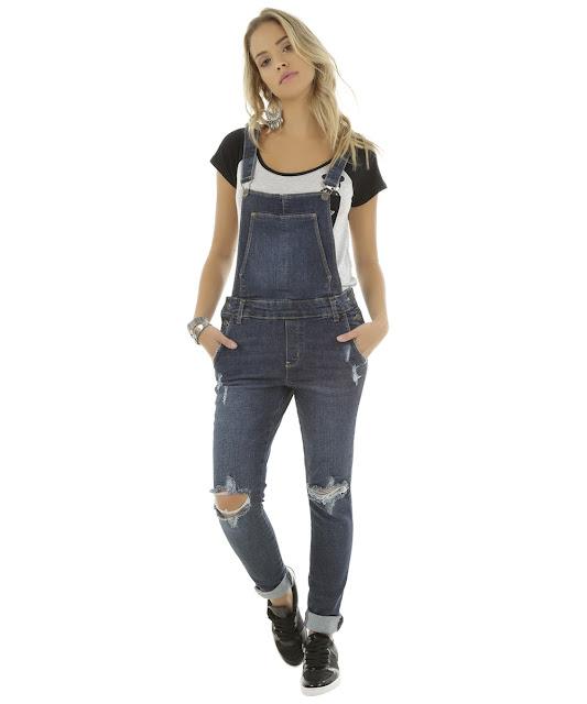 Estilo fashion romântico macacão jeans azul escuro