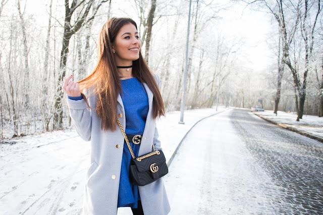 Jeansowa sukienka oraz szary płaszcz  - Czytaj więcej