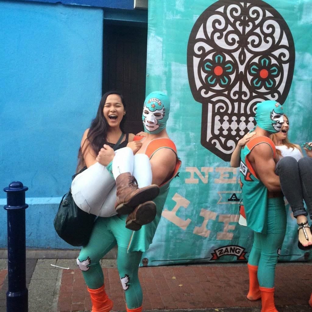 El primer servicio de taxi en los brazos o espalda de una persona con luchadores musculosos logotipo catrina mexicana
