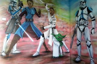 Malowanie bajek na ścianine w pokoju chłopca, grafitti z gwiezdnych wojen