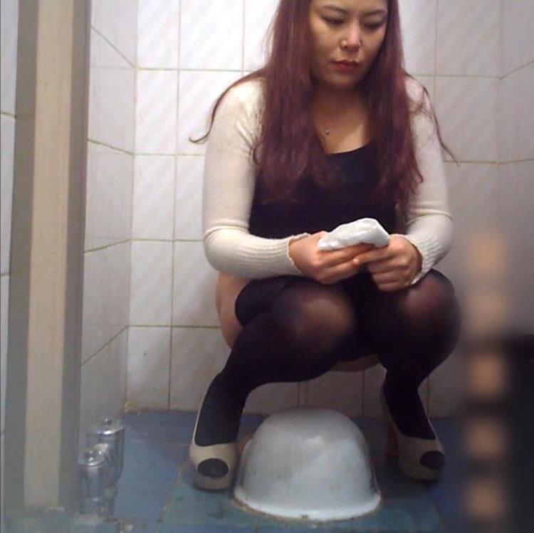 Женщины писают в туалете ресторана