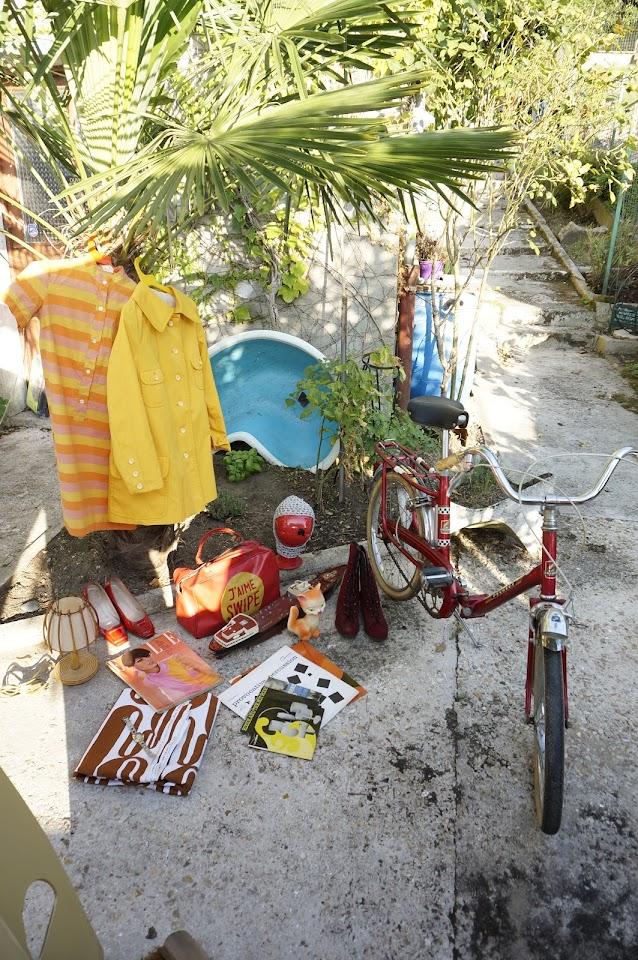 """un sac """"J'aime Swipe"""" , du tissu des années 70 , une lampe en rotin, un magazine Elle , des disques ( Eddie and The Hot Rods <3 ) , un pouet chat , une montre , un paquebot Texaco de 1961 ... et encore une fois , j'ai oublié les escarpins vernis de la première photo .  a 70s gymbag , 1970s abstract fabric , Texaco toy tanker , records , squeeze cat toy , Elle 60s mag , rattan desk lamp , silver space age hood peugeot velo bike 60s striped dress robe annees 60 70 70s raincoat yellow imper"""
