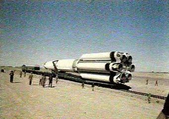 Il vettore UR-500 Proton viene portato sulla rampa.
