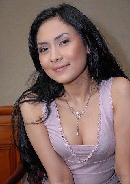 Aksi Menggemaskan Seorang tante Remas toket gede Pic 6 of 35