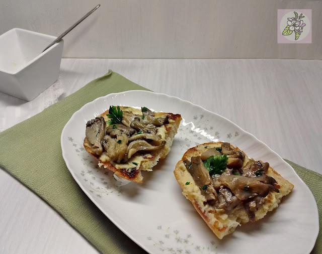 Bruschetta Vegana con Setas y Humus.