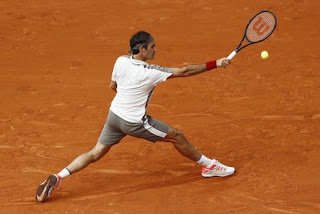 Federer keeps rolling at Roland Garros