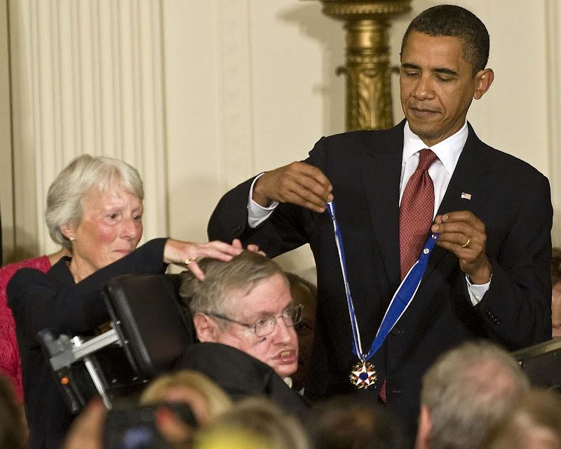 Nhà vật lý Stephen Hawking nhận Huân chương Tự do của Cựu Tổng thống Hoa Kỳ Barack Obama tại Nhà Trắng vào ngày 12 tháng 8 năm 2009. Hình ảnh: REX.