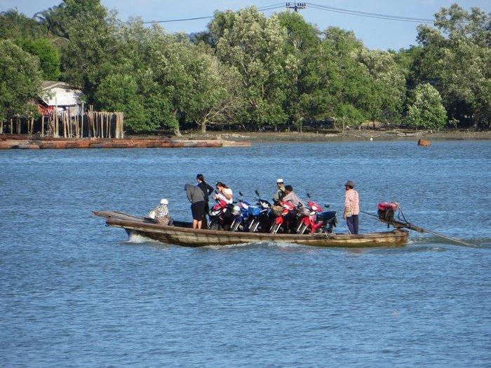 Лодка перевозит скутеры