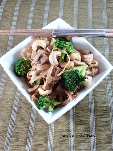 Nouilles sautées au poulet et brocolis