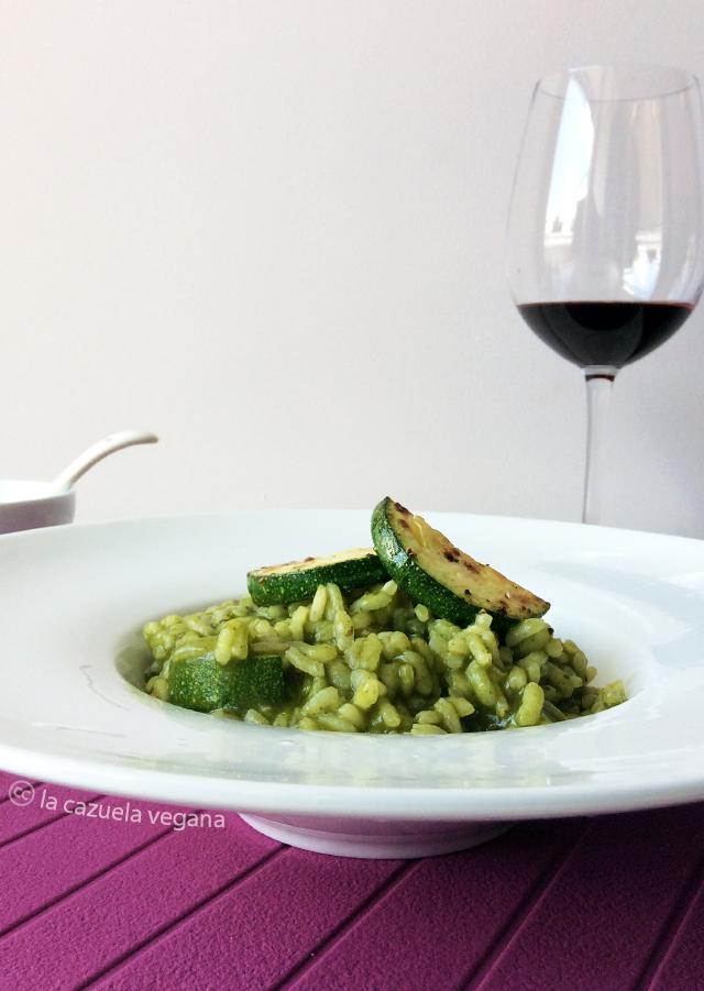 Risotto vegano de espinacas, albahaca y calabacín