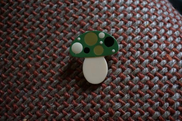 une broche champignon  mushroom brooch