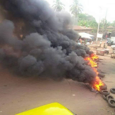Angry youths barricade Makurdi-Aliede road with tyres and corpse of one of those killed by Fulani herdsmen