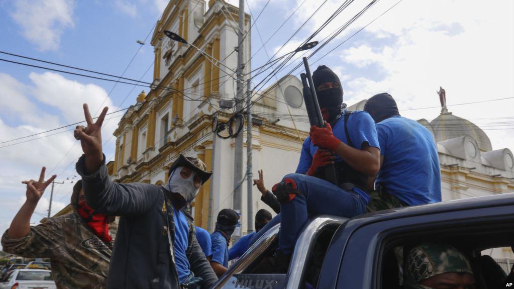 Milicianos de Ortega posan victoriosos luego de tomar una de las ciudades en conflicto / AP