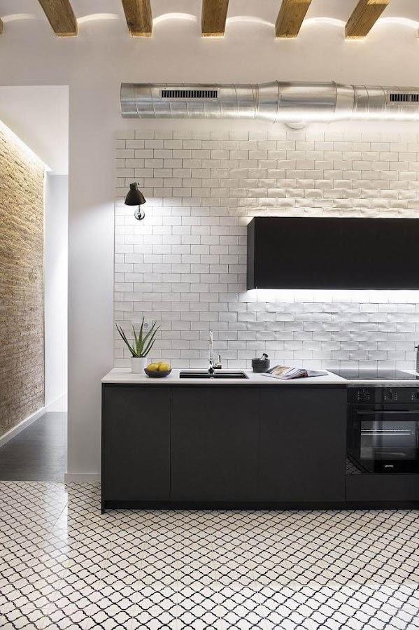cocina diáfana con azueljos tipo metro y suelos de inspiración hidraúlica