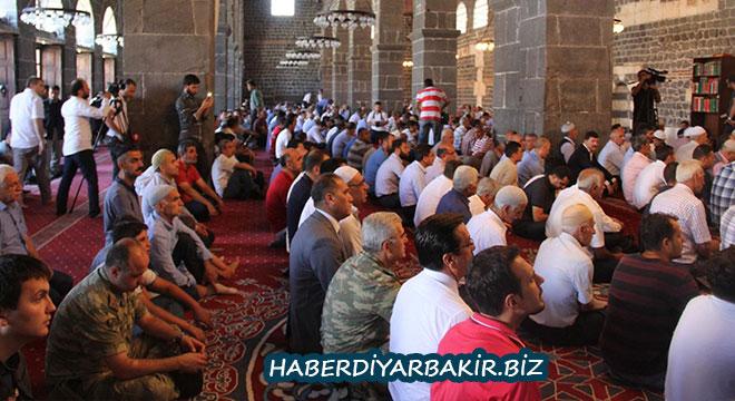 Diyarbakır Ulu Camii'de 15 Temmuz şehitleri için mevlit okutuldu