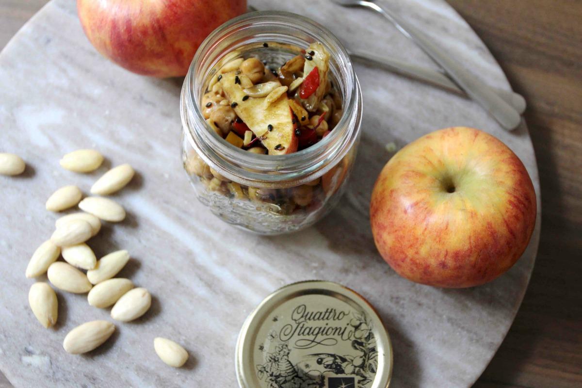 Kichererbsensalat mit Apfel, Sesam und Mandeln