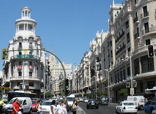 La Gran Vía en su primer tramo, desde la confluencia con la calle de Alcalá hasta la Red de San Luis. Al fondo, el edificio Telefónica