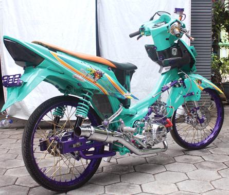 Foto Modifikasi Honda Revo konsep yang serba menarik dan menawan ala street racing Dengan pemilihan warna hijau tosca memilih cutting sticker sebagai pemanis bodi lampu depan dan belakang diseting hitam, dengan kombinasi warna ungu di part bawah jok