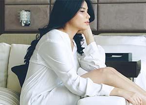 Yunita Siregar Pakai Baju Putih