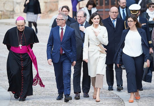 Queen Letizia wore Hugo Boss Banora2 silk blouse, Queen Letizia wore Hugo Boss camel block heel pumps, white cashmere coat