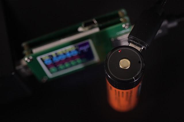 Ładowanie akumulatorka Folomov 18650 przy użyciu portu micro USB