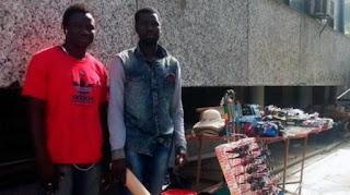 Ibrahim y Mustafá venden sus productos en los alrededores de un hospital, donde hallaron un bolso con el dinero. Sin dudarlo, decidieron devolverlo a su dueña.