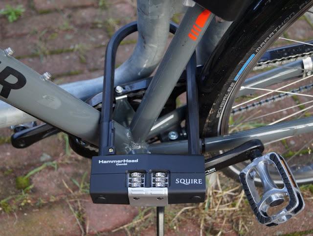 Mit einem sicheren Gefühl unterwegs: Die Fahrradschlösser von Squire. Das Hammerhead Combi ist ein super sicheres Bügelschloss aus Stahl mit Zahlenkombination.
