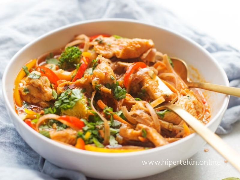 CHICKEN PANANG CURRY NOODLE BOWLS