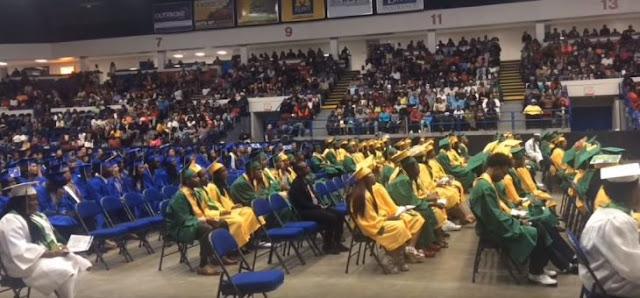 Eminem sorprende con discurso a estudiantes y les da un regalo a cada uno por graduarse