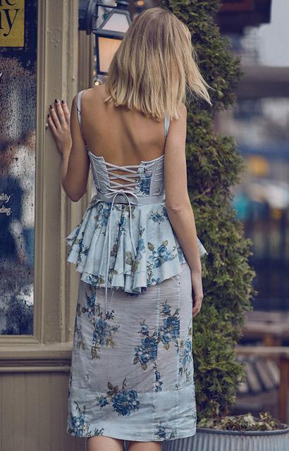 Платье с баской с цветочным принтом для фигуры перевернутый треугольник